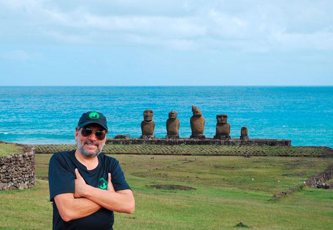 Guia-de-turismo-visitando-Rapa-Nui