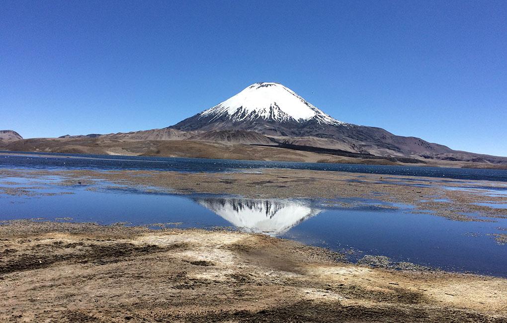 Lago-Chungara-y-volcán-Parinacota-en-Arica