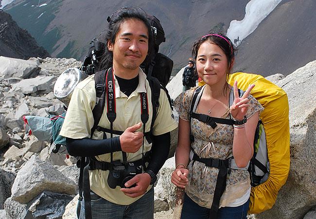 Turistas-en-el-Mirador-Las-Torres-del-Paine